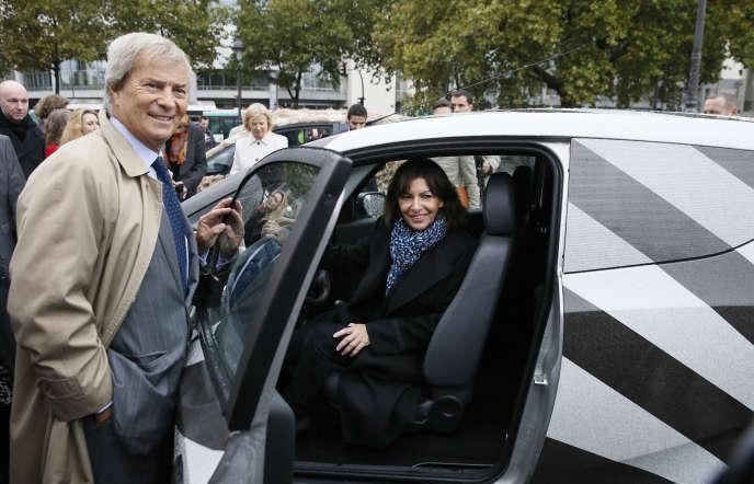 Vincent Bolloré et la maire de Paris, Anne Hidalgo, lors de la promotion des modèles customisés« Dazzel car» d'Autolib, à Paris, le 8 octobre 2014.