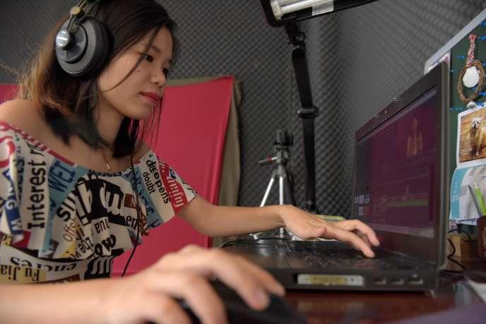 Catherine Harry, blogueuse féministe cambodgienne, le 22 mai dans son studio à Phnom Penh, capitale du Cambodge.