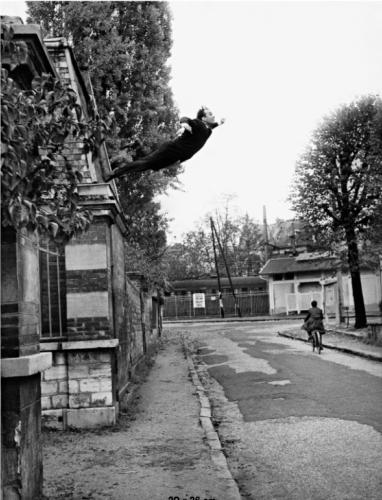 """«La photographie montre l'artiste en train de s'élancer du haut d'un bâtiment comme s'il allait s'envoler. L'image a été réalisée après des répétitions, le 19 octobre 1960, rue Gentil-Bernard à Fontenay-aux-Roses. Les photographes Harry Shunk et John Kender sont présents pour immortaliser la scène. Plusieurs sauts ont été réalisés par Yves Klein qui se réceptionne sur un matelas soulevé par un groupe d'assistants, les photographes prennent ensuite des photos de la rue vide, et les deux images sont combinées dans un photomontage réalisé en chambre noire. La photographie est publiée dans le journal """"Dimanche"""", créé par Yves Klein et qui n'a eu qu'un seul numéro, le 27 novembre 1960, sous le titre """"Un homme dans l'espace"""".» Aline Vidal"""