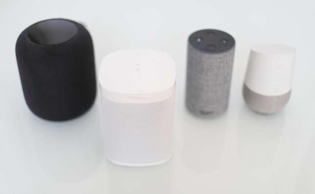L'enceinte Sonos One rend exactement les mêmes services vocaux qu'une Amazon Echo. Comme la Apple HomePod, elle est capable de s'adapter à l'acoustique d'une pièce. Contrairement à l'enceinte d'Apple, cette fonction n'est pas automatique, et elle s'avère aussi moins efficace.