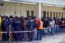 Des migrants attendent un train pour l'Allemagne sous la surveillance de la police autrichienne, à Vienne, en septembre 2015.