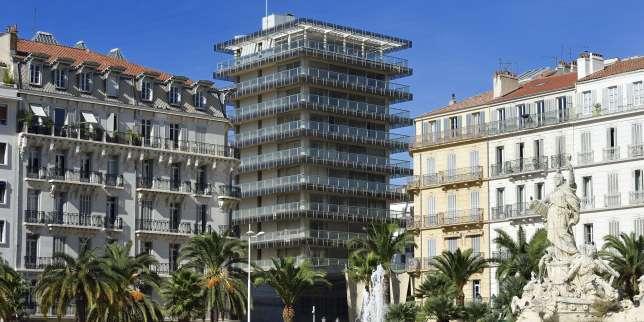 Signée par Alfred Henry, la tour de la Caisse d'Epargne à Toulon (Var) avant sa transformation.