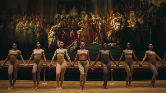 """Beyonce au centre, dans le clip de """"Apeshit"""" tourné au Musée du Louvre."""