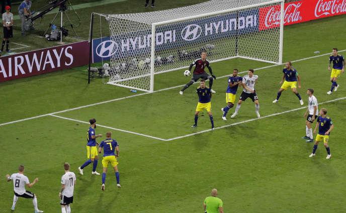 L'Allemagne s'impose de justesse face à la Suède grâce à un but dans les derniers instants de Toni Kroos.