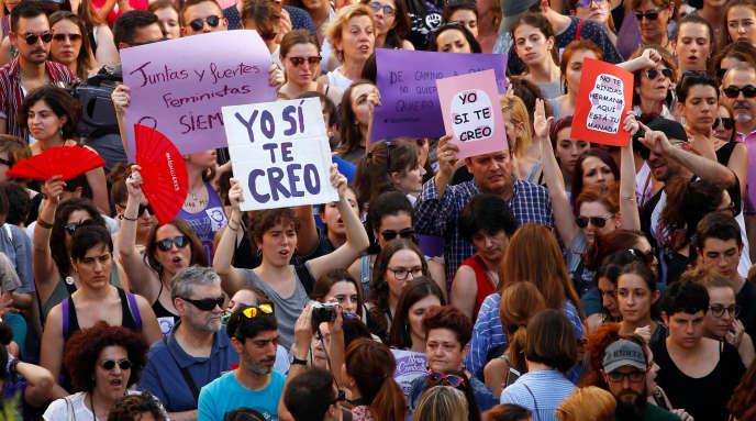 Manifestation contre la mise en liberté provisoire des cinq hommes condamnés pour « agression sexuelle » , à Pampelune, le 22 juin.
