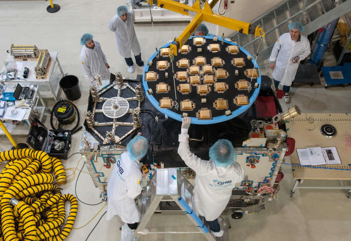 Assemblage d'un satellite Galileo, à Brême, en Allemagne, en février 2016.