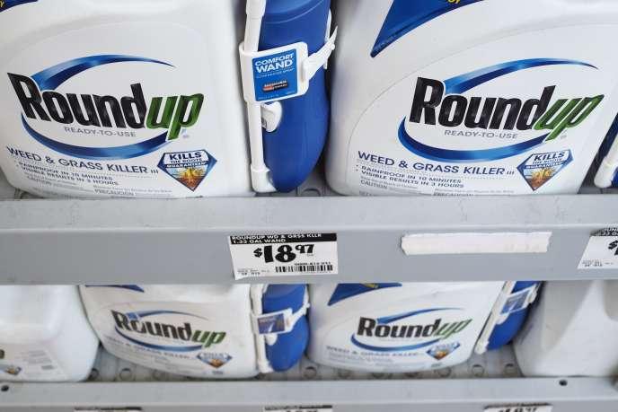 Bidons de désherbant Roundup, produit par la société Monsanto, dans une grande surface de Glendale (Californie), le 19 juin.