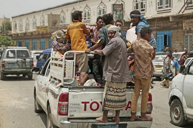 Des Yéménites forcés à fuir leurs foyers à cause des combats situés dans le port d'Hodeida (Yémen), le 23 juin 2018.