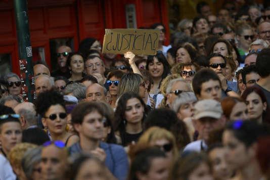 Manifestation contre la mise en liberté provisoire des cinq hommes condamnés pour«agression sexuelle » , à Pampelune, le 22 juin.