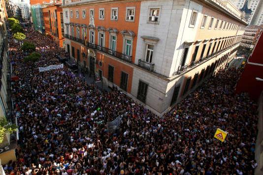 Des milliers de manifestants contre la mise en liberté provisoire des cinq hommes condamnés pour«abus sexuel» , à Madrid, le 22 juin.