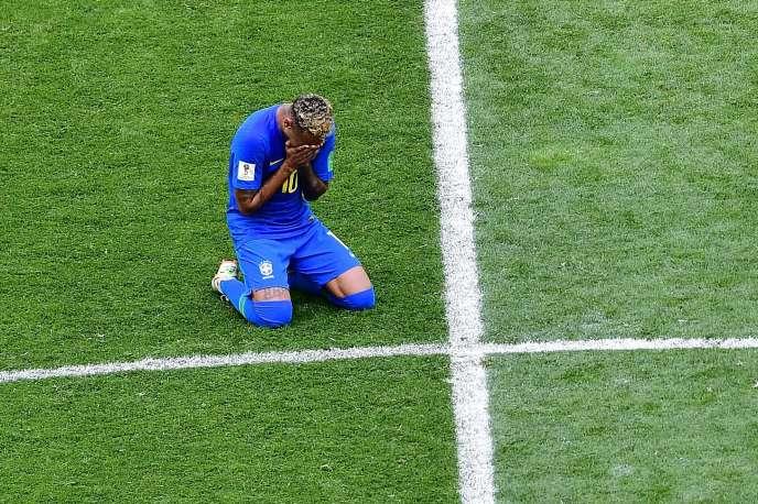 Neymar, en pleurs après le deuxième match de poule du Brésil,au stade de Saint Petersbourg, le 22 juin.