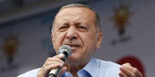 Recep Tayyip Erdogan lors d'un meeting de l'AKP à Istanbul, le 23 juin.