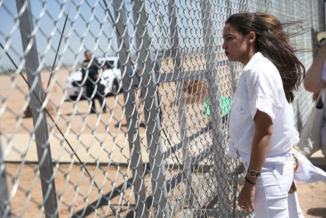 La candidate au congrès Alexandria Ocasio-Cortez, devant un centre de l'agence de l'immigration américaine, au sud d'El Paso (Texas), le 24 juin.