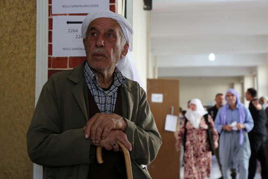 A Diyarbakir, dans un bureau de vote, le 24 juin.