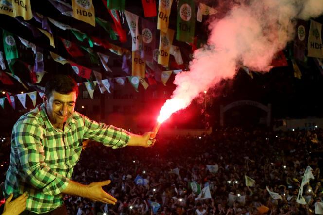 Scène de liesse populaire après le résultat obtenu par le parti prokurde HDP, à Diyarbakir, en Turquie, le 24 juin.
