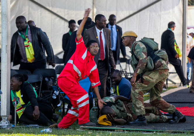 Les services de secours après l'attaque visant le présidentEmmerson Mnangagwa à Bulawayo (Zimbabwe), le 23 juin.