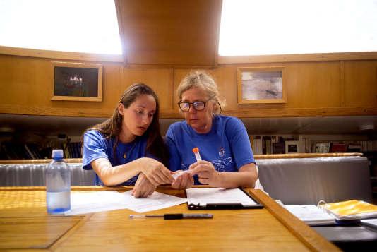Maria Luiza Pedrotti, spécialiste du plastique à l'Observatoire océanologique de Villefranche-sur-Mer et cheffe de mission scientifiquepour la traverséeHawaï-Portland, trie les échantillons recueillis, assistée par Mélanie Billaud.