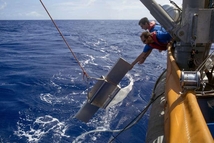 Francois Thil et Nils Haentjens mettent le filet Manta à l'eau, qui permet de filtrer des microplastiques à la surface de l'eau.