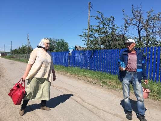 Ania et Leonid dans les rues de Pakhar.
