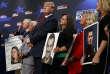 DonaldTrumpposant avec des familles de victimes desans-papiers, à la Maison Blanche, le 22 juin.