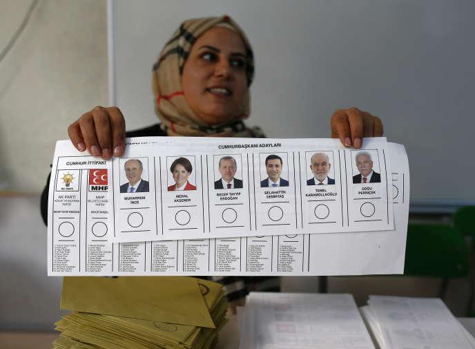 Dans un bureau de vote d'Ankara, dimanche 24 juin.