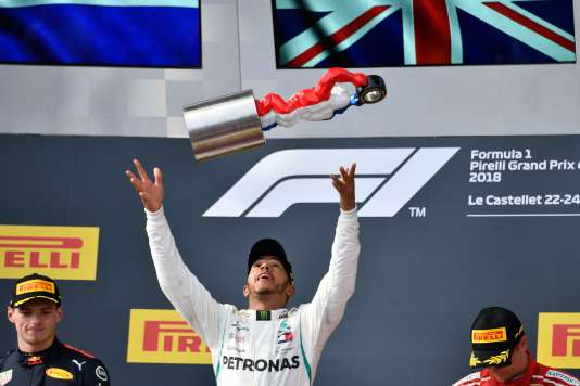 Lewis Hamilton remporte le Grand Prix de France, le 24 juin au Castellet (Var), devant Max Verstappen, à sa droite, et Kimi Räikkönen.