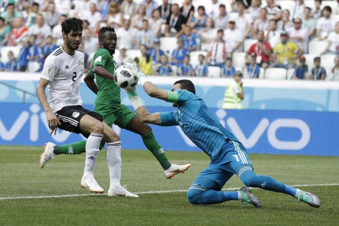 Sortie réussie pour Essam El-Hadary sur une action saoudienne, lors de son premier match dans une Coupe du monde, le 25 juin 2018.