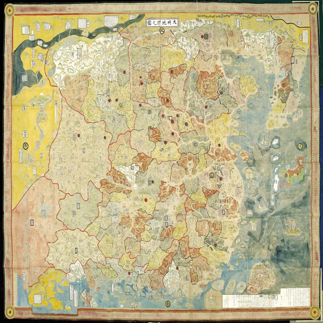 «Carte géographique monumentale de l'Empire chinois au temps des Ming», illustration extraite de la «Géographie du territoire de la dynastie Ming» («Ming Chao Di Li Zhi Tu»), Japon, XVIIIe siècle, couleur sur papier de mûrier, Murayama Kôshû, 1762.
