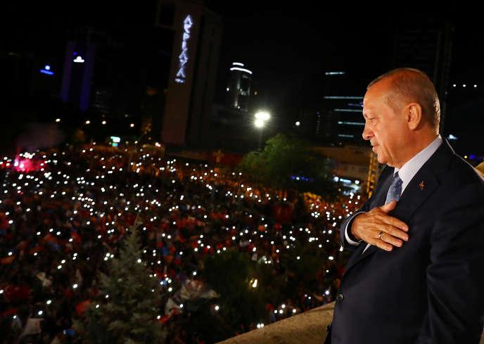 « Le chef de l'Etat, honni de la grande majorité de ses pairs européens, jouit d'une extrême popularité auprès d'une grande partie de la population» (Photo:le président turc Erdogan et ses sympathisants réunis devant le siège de l'AKP, à Ankara, le 25 juin, dans la nuit de sa réélection à la fonction suprême de la Turquie.)