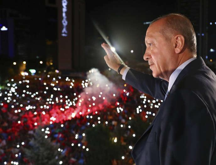 Recep Tayyip Erdogan devant ses partisans à Ankara, dimanche soir.