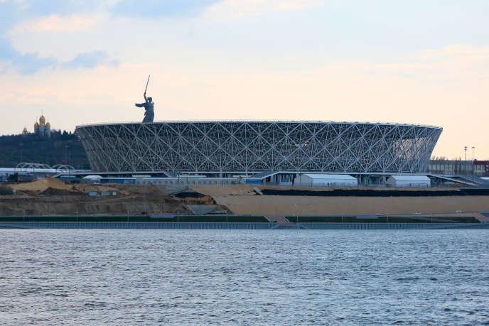 La statue de la Mère-Patrie surplombe Volgograd (ex-Stalingrad)et son nouveau stade de 45 000 places.
