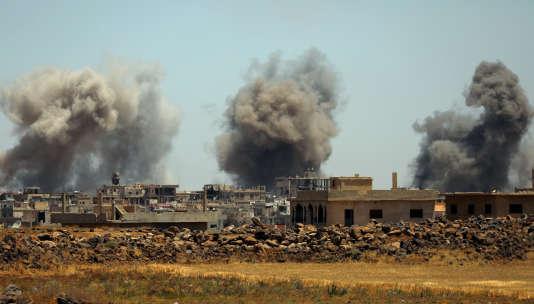 De la fumée à Deraa, dans le sud de la Syrie.