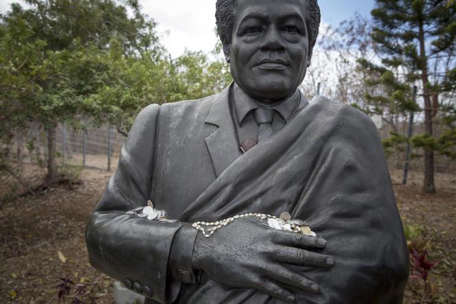 La statue de Tjibaou au centre culturel Tjibaou, à Nouméa (ici, le 17 novembre 2017), reçoit régulièrement des offrandes.