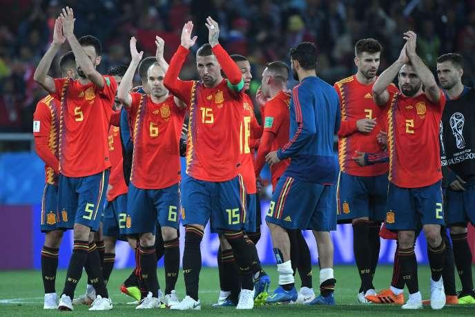 Les joueurs de l'équipe d'Espagne après leur match contre le Maroc, dans le groupe B, à Kaliningrad, le 25 juin.