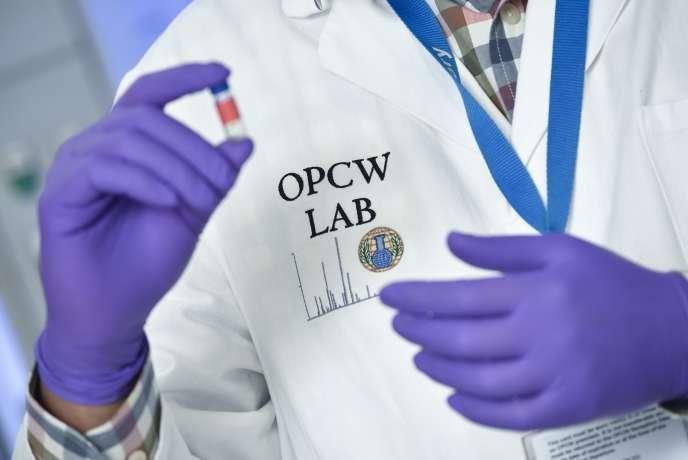 Le secrétariat de l'OIAC (OPCW en anglais), prix Nobel de la paix en 2013, « mettra en place les dispositions pour identifier les auteurs [d'attaques] aux armes chimiques dans la République arabe syrienne », prévoit le texte.