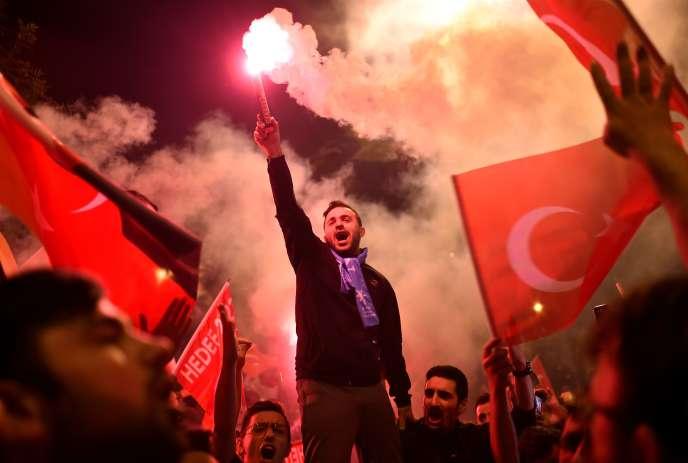 Scène de liesse populaire devant les locaux de l'AKP, le parti du président réélu, Recep Tayyip Erdogan, à Istanbul, le 24 juin.