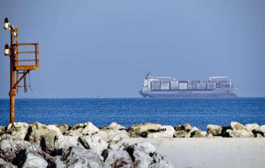 Le porte-conteneurs «Maerks», à proximité du port de Pozzallo, sur la côte sud de la Sicile, avec une centaine de migrants à son bord, le 25 juin.