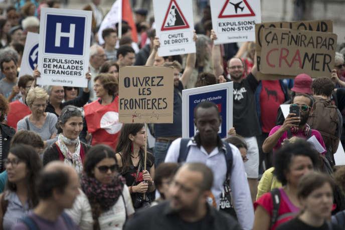«C'est en allant à la rencontre de l'autre et en étant solidaire que l'on peut mieux accueillir et intégrer les personnes réfugiées, mais aussi apprendre de leur parcours». Des manifestants lors de la «marche citoyenne et solidaire» en faveur de l'accueil des migrants et des réfugiés, à Paris, le 17 juin.