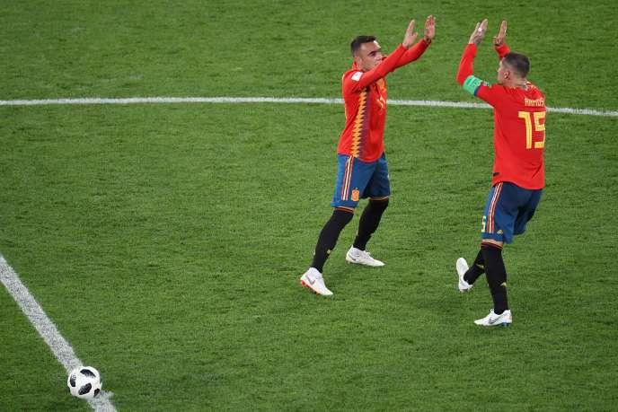 Lucas Vazquez et Sergio Ramos celèbrent le second but de l'égalisation espagnole, lundi 25 juin, face au Maroc.
