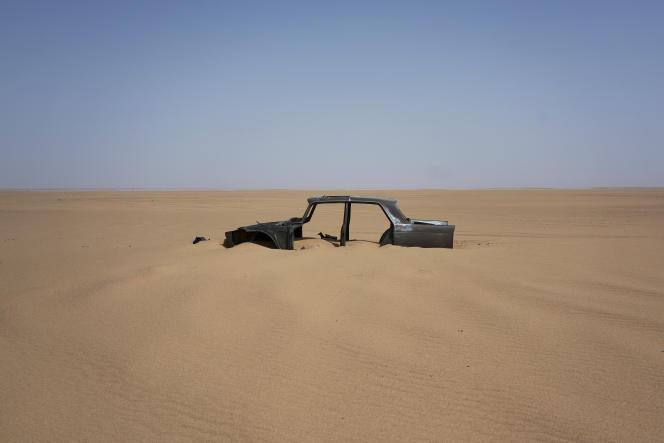 Une carcasse de voiture abandonnée dans le désert du Ténéré, au Niger, le 3 juin 2018.