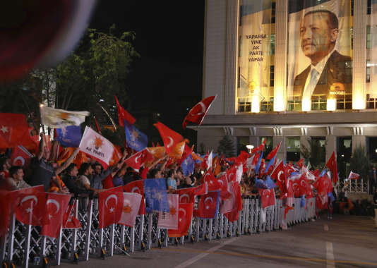 Les partisans de Recep Tayyip Erdogan fêtent la victoire de leur candidat à l'élection présidentielle, à Ankara, le 24 juin.