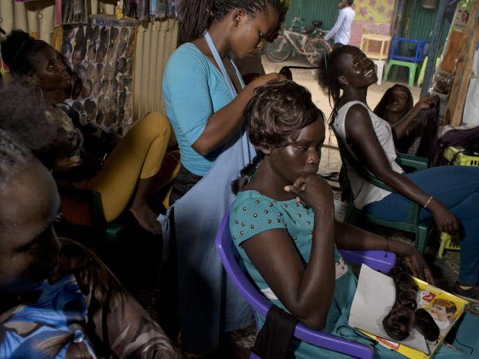 Un salon de coiffure dans le camp de Kakuma, au Kenya, en 2017.