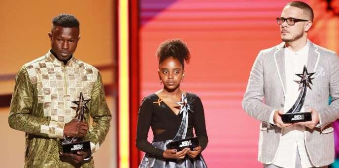 De gauche à droite: Mamadou Gassama, Naomi Wadler et Shaun King sur la scène des BET Awards, à Los Angeles, le 24juin 2018.