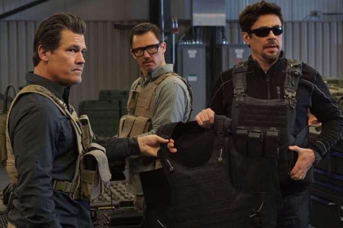 Josh Brolin, Jeffrey Donovan (au second plan) et Benicio Del Toro dans« Sicario. La Guerre des cartels», deStefano Sollima.
