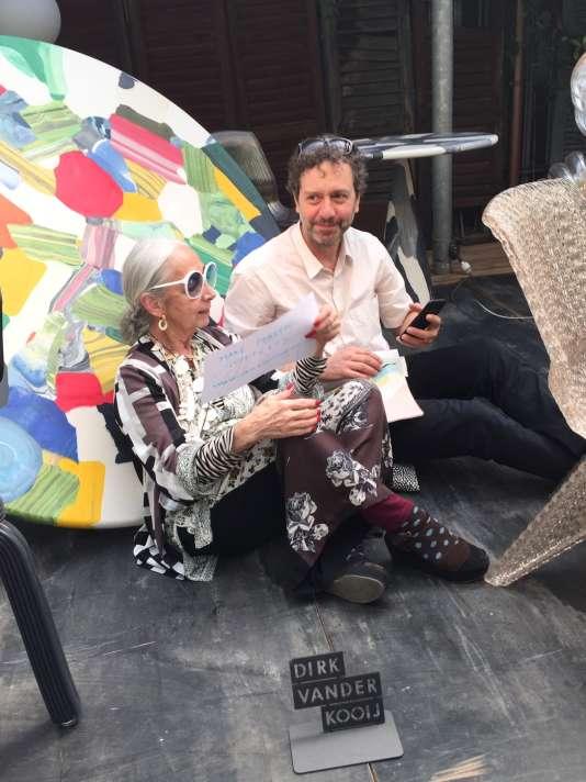 Rossana Orlandi et Dirk Vander Kooij manifestant pour un« Plastic Guiltless», adossés à la table Meltingpot, à base de plastique recyclé, en avril.