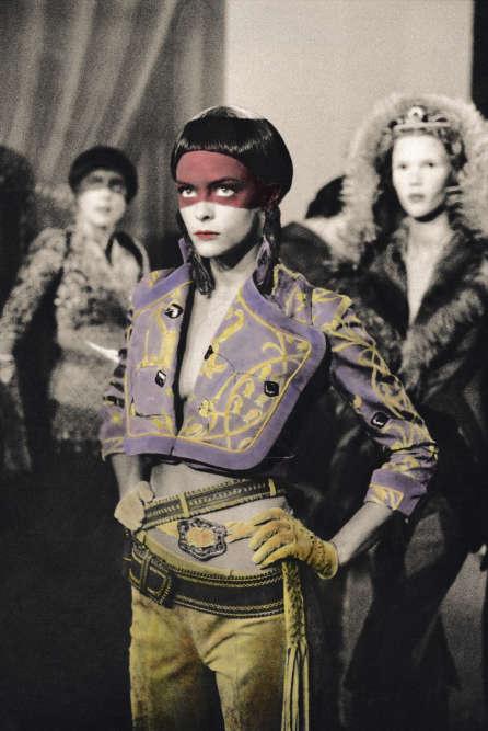 En 1996, la photographe britannique Ann Ray rencontre Alexander McQueen. Jusqu'au suicide du couturier, en 2010, l'artiste saisit l'énergie des préparatifs des collections, les essayages et les défilés. Autant d'images présentées à Arles dans l'exposition «Les Inachevés ». Sur cette photographie en noir et blanc, Ann Ray a couvert des parties entières de gouache colorée. « Un rappel de techniques utilisées auXIXesiècle, explique Sam Stourdzé. Et un regard sur la mode à rebours des images traditionnelles sur le secteur. »«Les Inachevés», Ann Ray, Atelier des forges. Du 2juillet au 23septembre.www.rencontres-arles.com