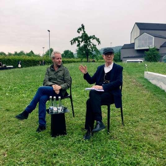 Ronan Bouroullec et Rolf Fehlbaum, président d'honneur de Vitra, pour l'inauguration d'oeuvres des Bouroullec sur le Vitra Campus, en juin.