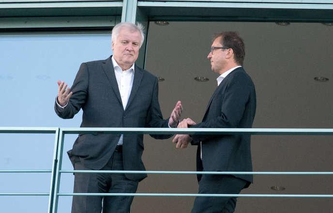 Le ministre allemand de l'intérieur et de la patrie,Horst Seehofer (CSU), et le chef du groupement régional de la CSU au Bundestag,Alexander Dobrindt, le 26 juin à la chancellerie, à Berlin.