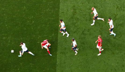 Antoine Griezmann avec le ballon lors du match face au Danemark.