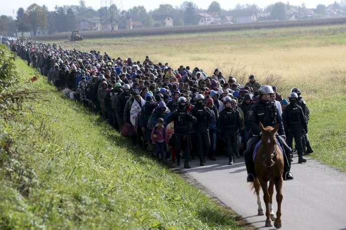 Des policiers escortent un groupe de migrants, près deDobova, en Slovénie, en 2015.